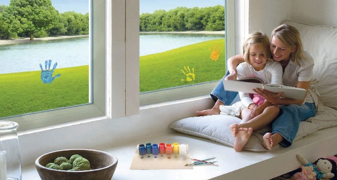 мама с ребенком у окна
